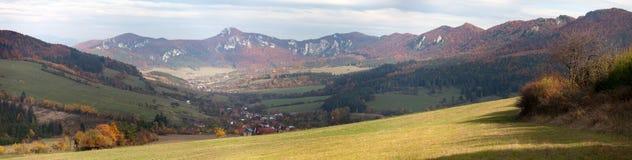 Πανοραμική φθινοπωρινή άποψη από τα δύσκολα βουνά Sulov Στοκ εικόνες με δικαίωμα ελεύθερης χρήσης