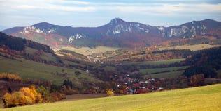 Πανοραμική φθινοπωρινή άποψη από τα δύσκολα βουνά Sulov Στοκ Εικόνες