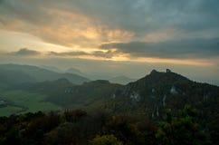 Πανοραμική φθινοπωρινή άποψη από τα δύσκολα βουνά Sulov - sulovske skaly - Σλοβακία Στοκ φωτογραφία με δικαίωμα ελεύθερης χρήσης