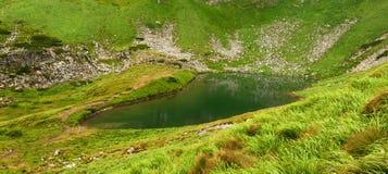Πανοραμική φωτογραφία μιας λίμνης βουνών σε μια ορεινή δύσκολη κοιλάδα Γαλήνια λίμνη Berbeneskul, Carpathians, Ουκρανία Στοκ Εικόνα