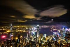 Πανοραμική όμορφη σύγχρονη ζωηρόχρωμη άποψη ματιών πουλιών πόλεων και ζωηρός νυχτερινός ουρανός στο Χονγκ Κονγκ (HK), Κίνα Στοκ Εικόνες