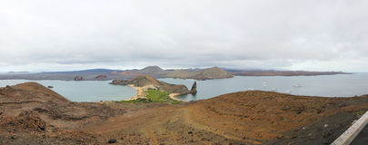 Πανοραμικοί βράχος πυραμίδας όψης και νησί Bartolome Στοκ Εικόνες
