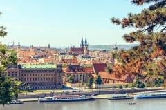 Πανοραμικοί πόλη και ποταμός Vltava άποψης στην Πράγα, Δημοκρατία της Τσεχίας στοκ εικόνες