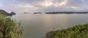 Πανοραμικός κόλπος του τοπικού LAN εκτάριο σεναρίου παραλιών νησιών πιθήκων, προορισμός ορόσημων, νησιά BA γατών, Βιετνάμ στοκ φωτογραφίες με δικαίωμα ελεύθερης χρήσης