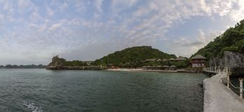 Πανοραμικός κόλπος του τοπικού LAN εκτάριο σεναρίου παραλιών νησιών πιθήκων, προορισμός ορόσημων, νησιά BA γατών, Βιετνάμ στοκ εικόνες