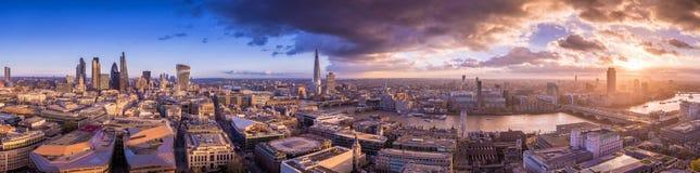 Πανοραμικός ορίζοντας του μέρους νότου και ανατολής του Λονδίνου με τα όμορφα δραματικά σύννεφα και το ηλιοβασίλεμα - UK Στοκ Εικόνα