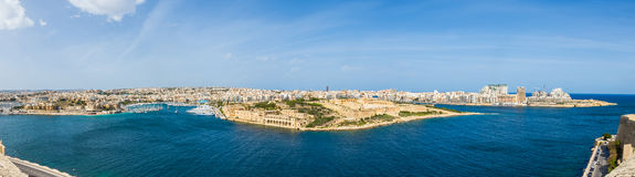 Πανοραμικός πυροβολισμός για τον ορίζοντα της Μάλτας με το οχυρό Manoel στο φως της ημέρας - Μάλτα Στοκ Φωτογραφία