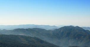 Πανοραμικός της αιχμής βουνών στην παν άποψη ιχνών φύσης Kew Mae σε Doi Inthanon, Chaingmai, Ταϊλάνδη Στοκ Φωτογραφίες