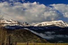Πανοραμικός, τοπίο της ανατολικής οροσειράς καλυμμένα χιόνι βουνά, Καλιφόρνια στοκ εικόνα