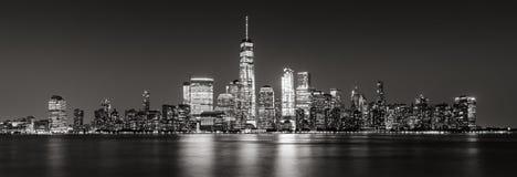 Πανοραμικός των οικονομικών ουρανοξυστών περιοχής πόλεων της Νέας Υόρκης στο Μαύρο & το λευκό βραδιού Στοκ Φωτογραφίες