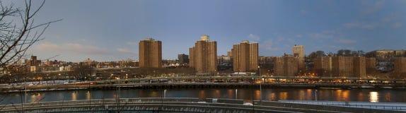 Πανοραμικός των προγραμμάτων κτηρίου κατά μήκος του ποταμού Harlem στο βόρειο μΑ Στοκ φωτογραφία με δικαίωμα ελεύθερης χρήσης