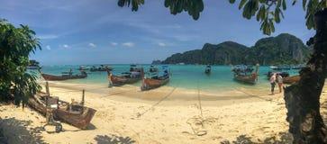 Πανοραμικός Phi Phi της παραλίας με το ναυάγιο στοκ εικόνα με δικαίωμα ελεύθερης χρήσης