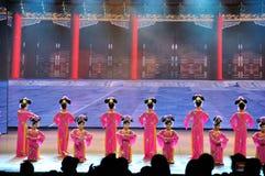 Πανοραμικό έπος χορού πολυμέσων μεγάλων κλιμάκων που ονειρεύεται πίσω στο παλαιό θερινό παλάτι στοκ φωτογραφία με δικαίωμα ελεύθερης χρήσης