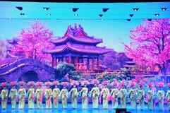 Πανοραμικό έπος χορού πολυμέσων μεγάλων κλιμάκων που ονειρεύεται πίσω στο παλαιό θερινό παλάτι στοκ εικόνα