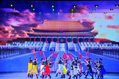 Πανοραμικό έπος χορού πολυμέσων μεγάλων κλιμάκων που ονειρεύεται πίσω στο παλαιό θερινό παλάτι στοκ φωτογραφίες