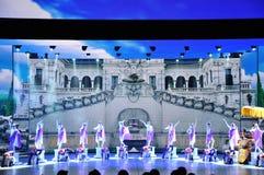 Πανοραμικό έπος χορού πολυμέσων μεγάλων κλιμάκων που ονειρεύεται πίσω στο παλαιό θερινό παλάτι στοκ εικόνες