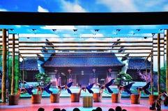 Πανοραμικό έπος χορού πολυμέσων μεγάλων κλιμάκων που ονειρεύεται πίσω στο παλαιό θερινό παλάτι στοκ εικόνες με δικαίωμα ελεύθερης χρήσης