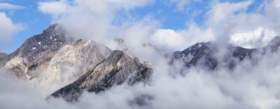 Πανοραμικό εναέριο έμβλημα των σύννεφων πέρα από τα δύσκολα βουνά στοκ φωτογραφίες με δικαίωμα ελεύθερης χρήσης