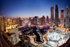 πανοραμικό ηλιοβασίλεμα σκηνής μαρινών του Ντουμπάι εικονικής παράστασης πόλης Στοκ Εικόνα