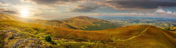 Πανοραμικό θερινό τοπίο Carpathians στο ηλιοβασίλεμα στοκ φωτογραφίες