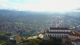 Πανοραμικό μήκος σε πόδηα της εκκλησίας Monserrate στη Μπογκοτά, Κολομβία απόθεμα βίντεο