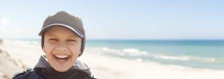 Πανοραμικό παιδιών πορτρέτο χαμόγελου κινηματογραφήσεων σε πρώτο πλάνο ευτυχές υπαίθριο στοκ φωτογραφία με δικαίωμα ελεύθερης χρήσης