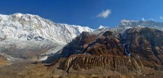 Πανοραμικό τοπίο βουνών στο Ιμαλάια Άποψη από το στρατόπεδο βάσεων Annapurna Στοκ Εικόνα