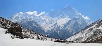 Πανοραμικό τοπίο βουνών στο Ιμαλάια Άποψη στην κορυφή Machapuchare, αιχμή ουρών ψαριών Στοκ Φωτογραφία