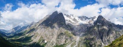 Πανοραμικό τοπίο βουνών στοκ φωτογραφία με δικαίωμα ελεύθερης χρήσης
