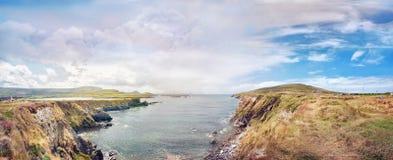 Πανοραμικό τοπίο με μια δύσκολη ωκεάνια ακτή Στοκ φωτογραφία με δικαίωμα ελεύθερης χρήσης