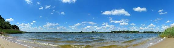 Πανοραμικό τοπίο με την παραλία και τον ποταμό Στοκ φωτογραφία με δικαίωμα ελεύθερης χρήσης