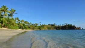Πανοραμικό τοπίο μιας μακρινής τροπικής παραλίας στο Yasawa Isl Στοκ Φωτογραφία