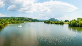 Πανοραμικό τοπίο, ποταμός Δούναβη και μνημείο Walhalla στο λόφο, τον τουρισμό και τις διάσημες θέσεις, Donaustauf, Γερμανία, έμβλ στοκ φωτογραφίες