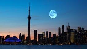 Πανσέληνος πέρα από το Τορόντο, Καναδάς στοκ εικόνες
