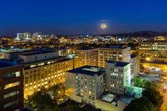 Πανσέληνος που αυξάνεται πέρα από το Πόρτλαντ Η τη στο κέντρο της πόλης πόλη ΗΠΑ Στοκ Φωτογραφία