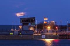 Πανσέληνος που αυξάνεται από τη λίμνη Μίτσιγκαν στο Σικάγο Στοκ φωτογραφίες με δικαίωμα ελεύθερης χρήσης
