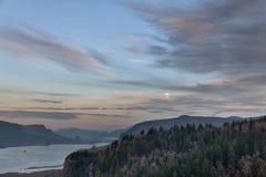 Πανσέληνος που αυξάνεται πέρα από το φαράγγι ποταμών της Κολούμπια Στοκ Φωτογραφίες