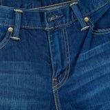Παντελόνι μπλε Jean κινηματογραφήσεων σε πρώτο πλάνο και βελονιά, μπλε υπόβαθρο τζιν Στοκ εικόνες με δικαίωμα ελεύθερης χρήσης