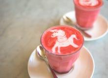 Παντζάρια latte στο μαρμάρινο υπόβαθρο Στοκ φωτογραφίες με δικαίωμα ελεύθερης χρήσης