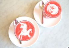 Παντζάρια latte στο μαρμάρινο υπόβαθρο στοκ φωτογραφίες