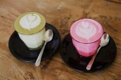 Παντζάρια, matcha latte στο ξύλινο επιτραπέζιο υπόβαθρο στοκ φωτογραφία με δικαίωμα ελεύθερης χρήσης