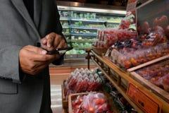 Παντοπωλείο που ψωνίζει upermarket λεωφόρων έξυπνη τηλεφωνική σε απευθείας σύνδεση υπεραγορά τροφίμων μανάβικων στη φυτική υγιή στοκ εικόνες με δικαίωμα ελεύθερης χρήσης
