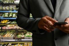 Παντοπωλείο που ψωνίζει upermarket λεωφόρων έξυπνη τηλεφωνική σε απευθείας σύνδεση υπεραγορά τροφίμων μανάβικων στη φυτική υγιή στοκ φωτογραφίες