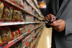 Παντοπωλείο που ψωνίζει upermarket λεωφόρων έξυπνη τηλεφωνική σε απευθείας σύνδεση υπεραγορά τροφίμων μανάβικων στη φυτική υγιή στοκ εικόνες