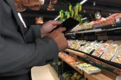 Παντοπωλείο που ψωνίζει upermarket λεωφόρων έξυπνη τηλεφωνική σε απευθείας σύνδεση υπεραγορά τροφίμων μανάβικων στη φυτική υγιή στοκ φωτογραφία