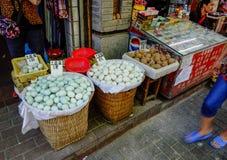 Παντοπωλείο storefront στα πωλώντας αυγά της Κίνας στοκ εικόνες