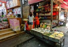 Παντοπωλείο storefront στα πωλώντας χορτάρια και τα καρυκεύματα της Κίνας στοκ φωτογραφία