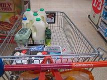 Παντοπωλεία στο καροτσάκι ή το κάρρο αγορών ενός Sainsbury. Στοκ Φωτογραφία