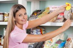 Παντοπωλείο αγοράς γυναικών στην υπεραγορά στοκ φωτογραφία με δικαίωμα ελεύθερης χρήσης