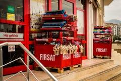 Παντοπωλείο Storefront με τα δοχεία έκπτωσης Στοκ Φωτογραφία